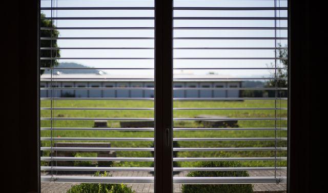 Výhody interiérových a exteriérových tieniacich systémov