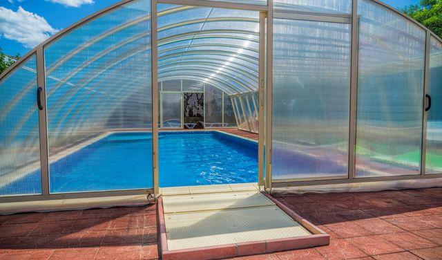 Bazénová roleta, prestrešenie alebo terasové prekrytie? Ktoré je to najvhodnejšie?