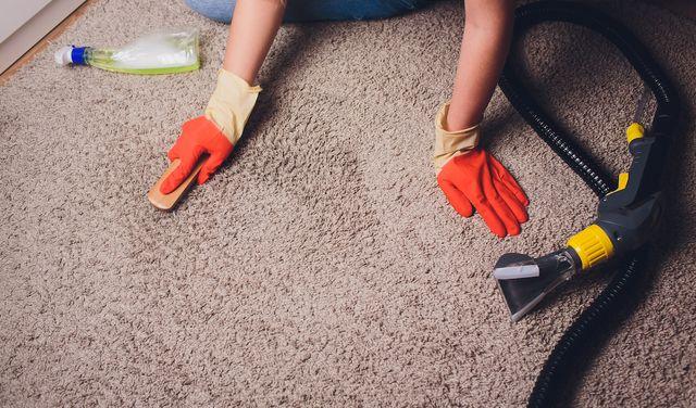 Vyčistite škvrny na koberci jednoduchými trikmi