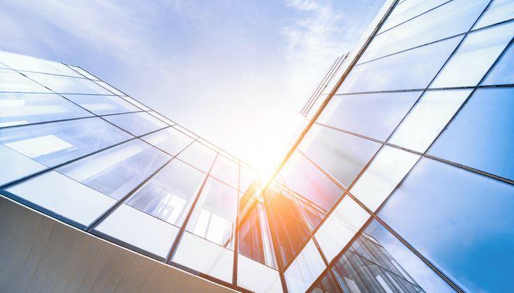 Výhody a nevýhody budov so sklenenou fasádou