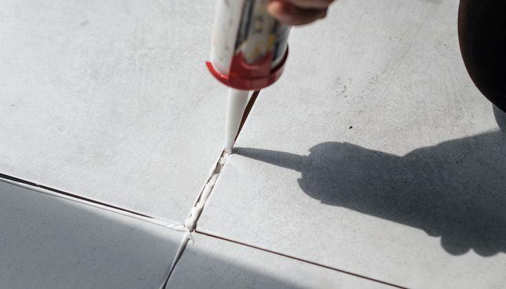 Dva typy škárovacej zmesi používanej pri kladení dlaždíc